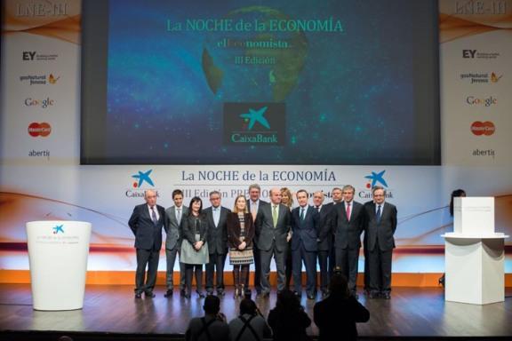 Foto de familia de los premiados en la III edición de La Noche de la Economía, que presidió el ministro de Economía, Luis de Guindos