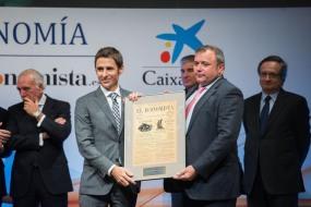 Ovidio Egido, director de Desarrollo de Negocio de MasterCard, entregó el premio a la 'Internacionalización' a Privalia, representada por su presidente ejecutivo y fundador, Lucas Carné (izquierda).