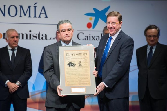 UniMOOC se hizo con el galardón a la 'Innovación digital'. Francisco Ruiz Antón, 'manager' de políticas públicas de Google España, se lo entregó a Andrés Pedreño, director del proyecto.