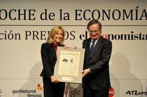 María Dolores Dancausa (Bankinter) recibe de manos de RafaelVillaseca (Gas Natural) el Premio a la Personalidad Económica delAño.