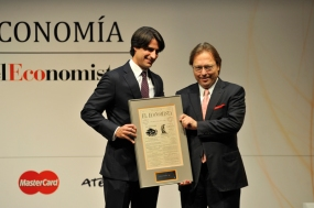 Alejandro Reynal (Atento), a la izquierda, entrega a Josep Santacreu (DKVIntegralia) el Premio a laMejor Iniciativa en RSC