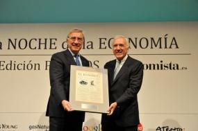 El rector de la UNED, JuanA. Jimeno, (izq.) recibe de manos de José M. Andrés (Ernst&Young) el Premio a laMejor Iniciativa en Formación