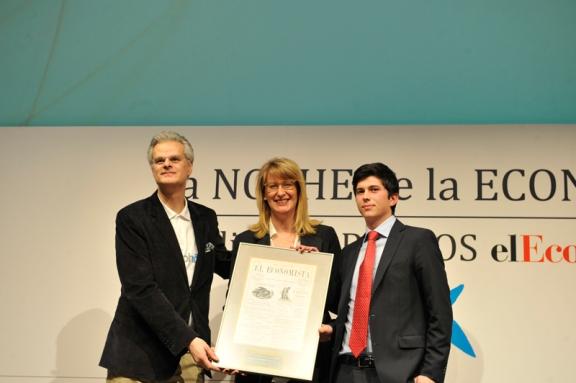 Rodrigo Silva (izq.) y Javier Agüera (Geeksphone) recibieron de manos de Marisa Toro (Google) el Premio a la InnovaciónDigital