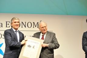 A la izquierda, Francisco Reynes (Abertis) recibe de Ricardo Fornesa, presidente de honor de La Caixa, el Premio a laMejorOperación Empresarial delAño por la compra de autopistas en Brasil