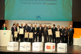 Luis de Guindos, Alfonso de Salas, yel presidentedehonorde La Caixa, Ricardo Fornesa, posan con los premiados.