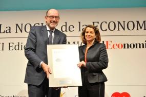 Pedro Fontana (Áreas) recibe de manos de PilarAurrecoechea (Mastercard) el Premio a la Internacionalización