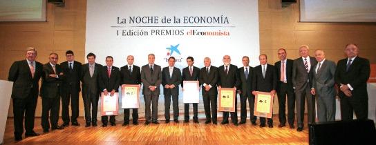 Imagen de los premiados junto con patrocinadores y jurado.
