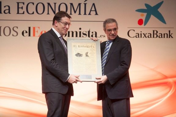 El vicepresidente de CaixaBank, Antonio Massanell, entregó el 'Premio a la Personalidad delAño en el Ámbito Económico-Financiero' a César Alierta, presidente de Telefónica.
