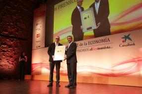 El Premio a la 'Mejor Iniciativa en Formación' recayó en la Universitat Pompeu Fabra. Su rector, Jaume Casals, recibió el galardón de manos de Francisco Reynés, consejero delegado de Abertis.