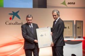 José Luis Perelli, presidente de EY, entregó el Premio a la 'Empresa que Mejor haDesarrollado su RSC' a Iñaki Álvarez, consejero delegado del Grupo Catalana Occidente