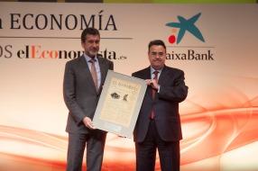 El director general de Negocios Regulados de Gas Natural Fenosa,Antoni Peris, entregó el 'Premio a laMejorOperación Empresarial' a Enagás, cuyo presidente, Antonio Llardén, lo recogió