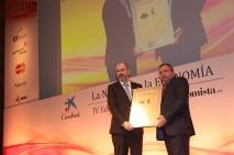 El 'Premio a la 'InnovaciónDigital' fue a parar a Kerajet. Su director general, JoséVicente Tomás, junto a Ovidio Egido, director general de Mastercard encargado de entregárselo.
