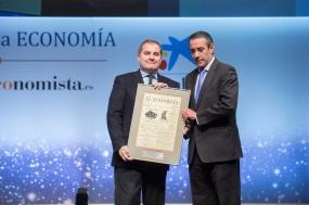 José Manuel Vargas, presidnete de Aena recibe el 'Premio a la Personalidad del Año en el Ámbito Económico-Financiero' de manos de Juan Alcaraz, director general de CaixaBank
