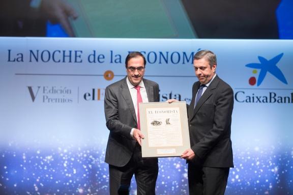 José Luis Perelli, presidente de EY, entrega el 'Premio a la Internacionalización' a Jesús Pascual, consejero delegado de Grupo Antolín
