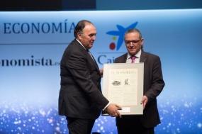 Gregorio Peña, vicepresidente de Editorial Ecoprensa, entrega el 'Premio a la Mejor Iniciativa en Formación' a Enric Fossas, rector de la UPC
