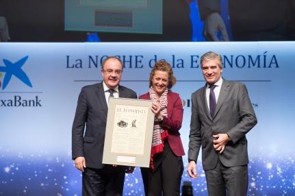 Rosa Mª Sánz, dir. general. de Personas y Recursos de Gas Natural Fenosa, entrega el premio a la Mejor Operación Empresarial' a Fco. Reynés (d) y T. Martínez (i), presidente y CEO de Cellnex