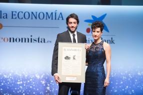Sergio Álvarez, cofundador de CartoDB, recibe el 'Premio a la Innovación Digital, de manos de Anaïs Pérez, directora de comunicación de Google España y Portugal