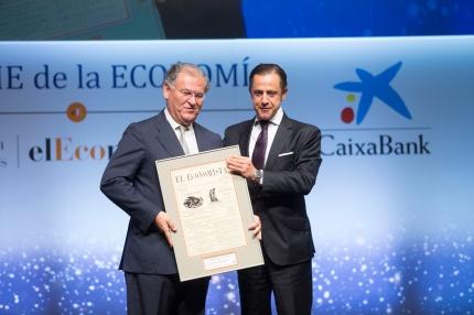 J. M. Machado, pte. de Ford España, recibe el 'Premio a la Empresa que Mejor ha desarrollado su Responsabilidad Social Corporativa', de manos de D. Copado, dircom de El Corte Inglés