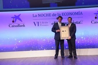 Ismael Clemente, presidente y CEO de Merlín Properties, recibe el premio a la Personalidad del Año en el Ámbito Económico-Financiero de manos de Gonzalo Gortázar, CEO de CaixaBank
