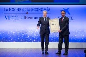 Jordi García Tabernero, director general de Comunicación y Gabinete de Presidencia de Gas Natural Fenosa, entrega el 'Premio a la Internacionalización' a Carlos Delclaux, presidente de Vidrala