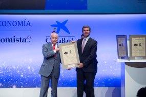 Manuel Panadero, director de Relaciones Institucionales de Globalia, entrega el 'Premio a la Mejor Iniciativa en Formación' al presidente de Gestamp, Francisco José Riberas