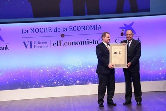 José Manuel Vargas, presidente y consejero delegado de Aena, entrega el 'Premio a la Mejor Operación Empresarial' a Salvador Gabarró, vicepresidente tercero de Criteria Caixa