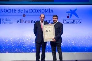 José Luis González-Besada, director de Comunicación y Relaciones Institucionales de El Corte Inglés, entrega e 'Premio a la Innovación Digital' a Agustín Gómez, CEO y cofundador de Wallapop