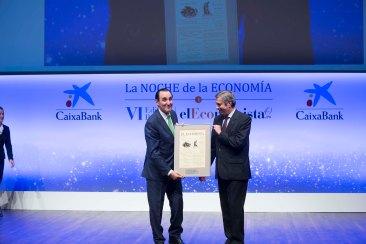 José Rolando Álvarez, presidente de Grupo Norte, recibe el 'Premio a la Empresa que Mejor ha desarrollado su Responsabilidad Social Corporativa' de manos de José Luis Perelli, presidente de EY