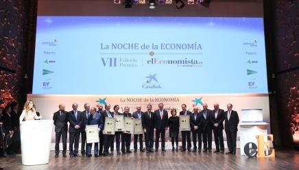 Foto de familia con los ganadores de la VII edición de 'La Noche de la Economía', junto con la vicepresidenta del Gobierno, Soraya Sáenz de Santamaría, y los ministros de Haciernda y Energía, Cristóbal Montoro y Álvaro Nadal, respectivamente.